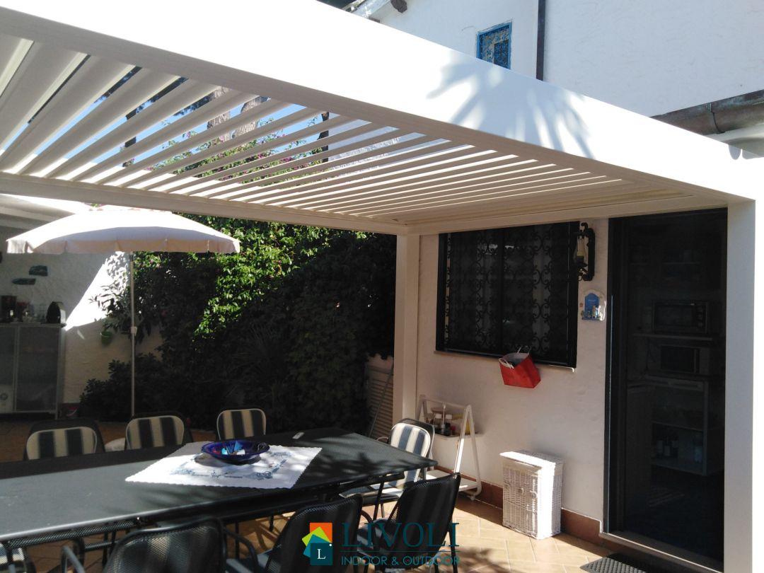 Bioclimatica in acciaio con lame in alluminio, ventilazione naturale e regolazione della luce del sole ottimale.